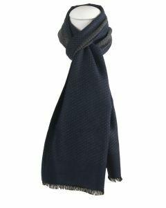Donkerblauwe zachte wol-blend sjaal met lichtbeige stippen